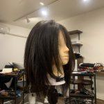 女性の髪を切れるように